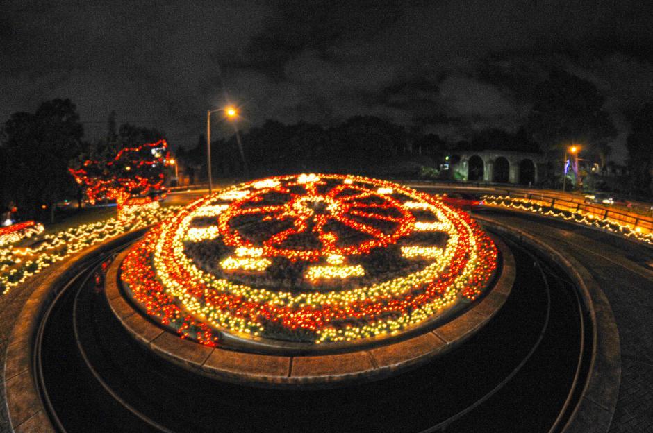 Cientos de luces navideñas iluminan el Reloj de Flores, en el bulevar Liberacion . (Foto: EstebanBiba/Soy502)