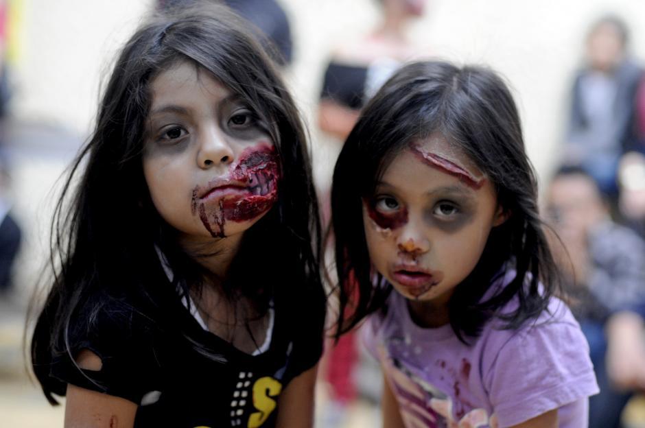 Dos niñas se disfrazaron de zombies para un fiesta realizada en el Gran Hotel, en la zona 1 de la capital guatemalteca, y se preparan para celebrar el Halloween en Guatemala. (Esteban Biba/Soy502)