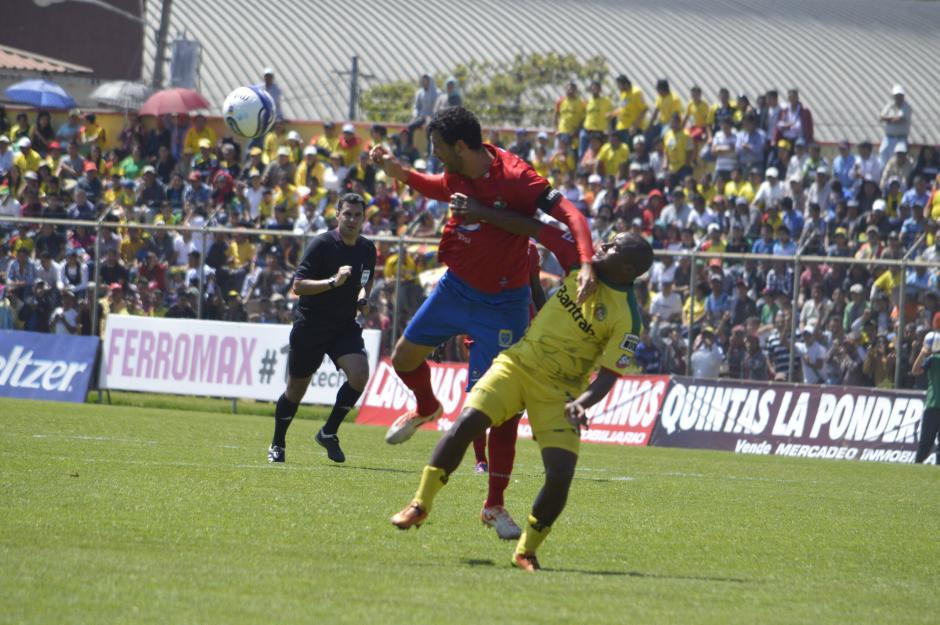 El capitán rojo Hamilton López disputa la pelota contra Jhonny Brown en una acción de fuerza del encuentro de Marquesa de la Ensenada. (Foto: Nuestro Diario/Diego Galeano).