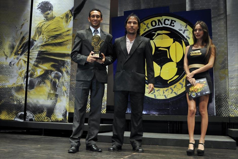 """Osman """"la Chalupa"""" López recibió el premio de manos del goleador Édgar """"el Camarón"""" Arriaza. (Foto: Diego Galeano/Nuestro Diario)"""