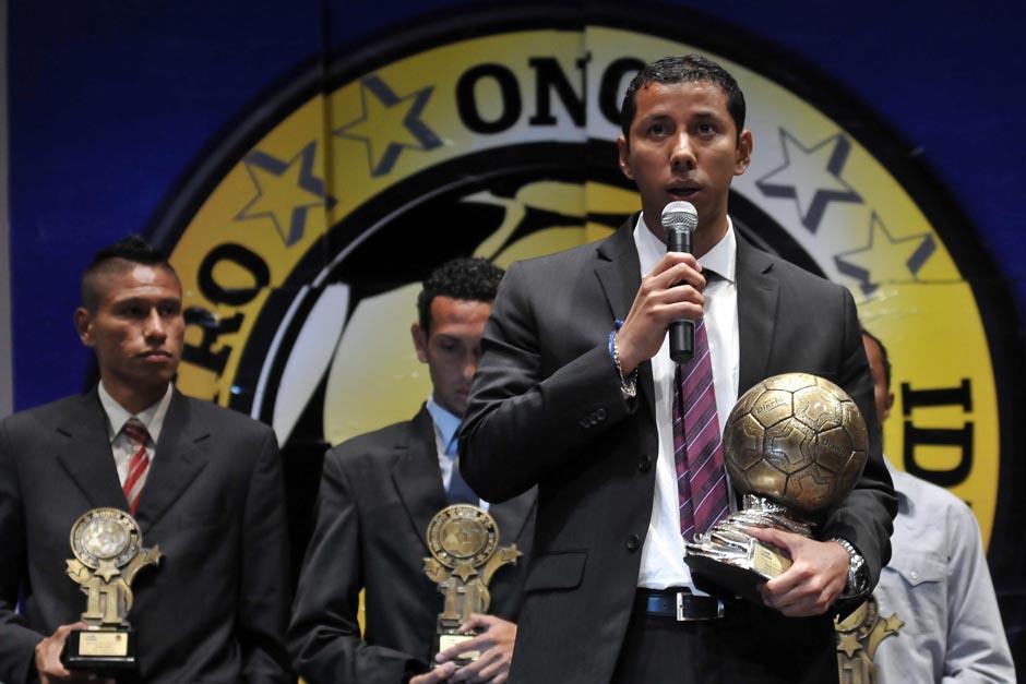 Juan José Paredes, actual tricampeón del fútbol nacional con Comunicaciones, ofreció unas palabras de agradecimiento tras recibr el Balón de Oro 2013. (Foto: Diego Galeano/Nuestro Diario)