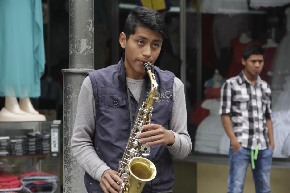 Su talento musical impresiona a las personas que pasan cerca de él en el Centro Histórico. (Foto: Fredy Hernández/Soy502)