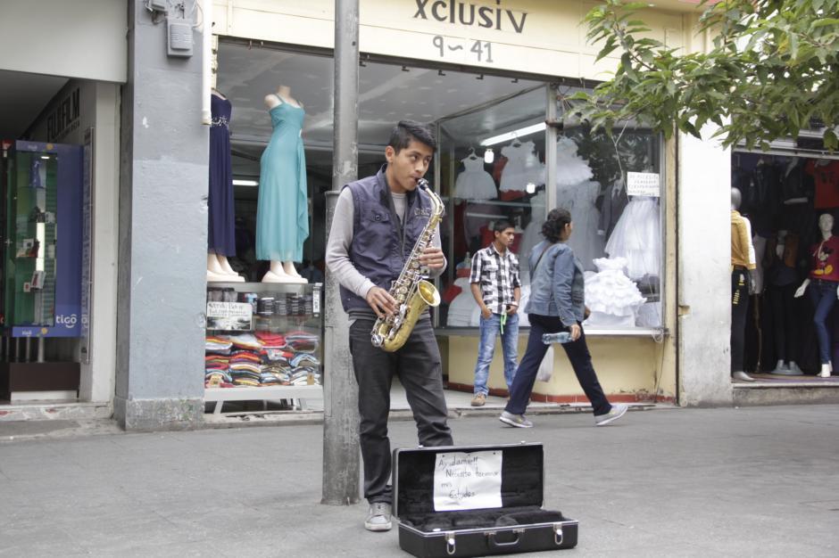 Cuando vino a la capital le robaron sus pertenencias, entre ellas su viejo saxofón. Tuvo que trabajar muy duro para comprarse uno nuevo. (Foto: Fredy Hernández/Soy502)