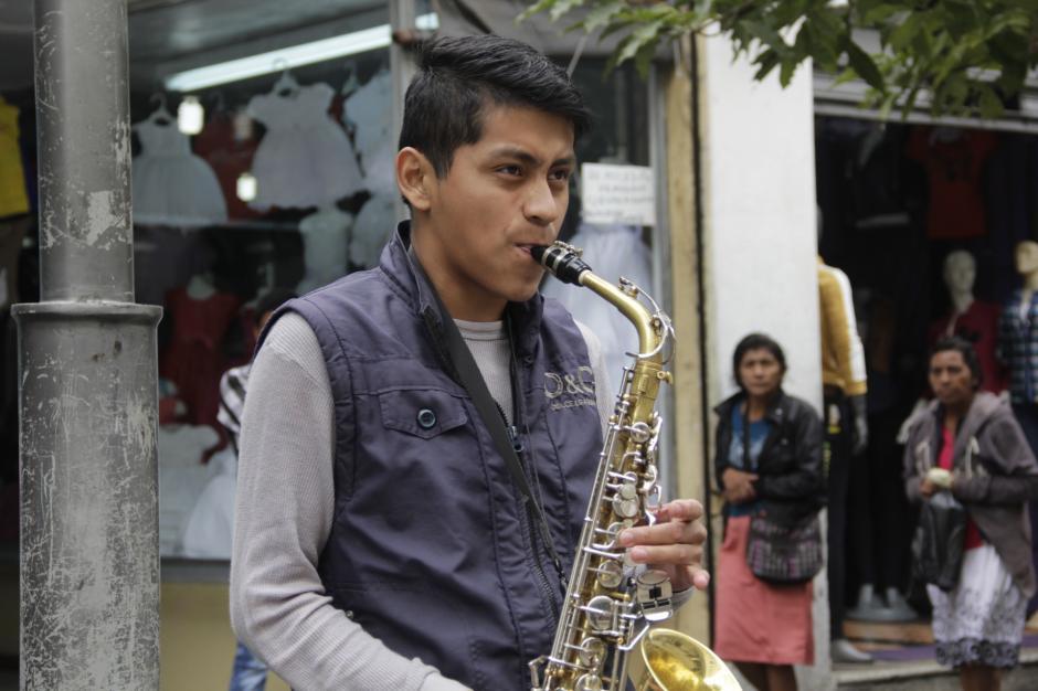 Diego Andrés González viajó de Sololá a la capital para edificar su sueño de convertirse en músico profesional. (Foto: Fredy Hernández/Soy502)