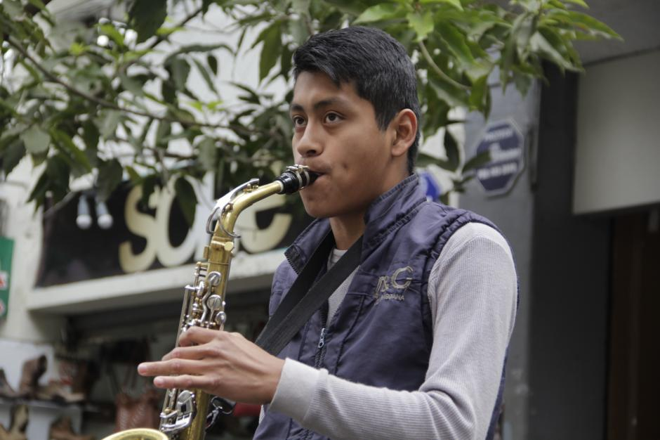Diego Andrés quiere ser director de una orquesta y para eso necesita ser un profesional de la música. (Foto: Fredy Hernández/Soy502)