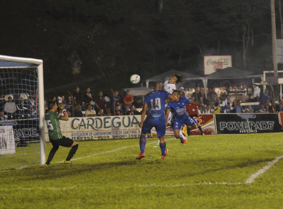 Agustín Herrera ganaba en el duelo aéreo y hacía el primer gol del partido. (Foto: Pedro Pablo Mijangos/Soy502)