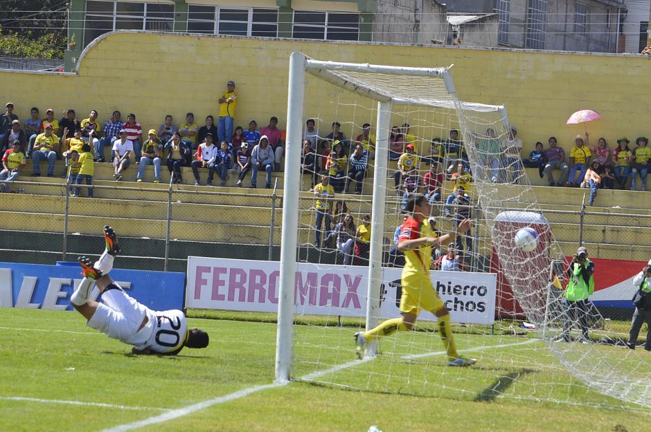 El portero de Marquense Marvin Barrios cae al suelo al intentar detener el globito que le dió el empate a los rojos (Foto: Nuestro Diario/Esner Navarro).