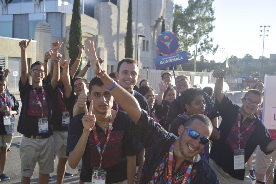 La delegación naciona desfiló con entusiasmo hacia el Coliseo Deportivo de Los Ángeles para la apertura de las Olimpiadas Especiales 2015.(Foto Giovanni Bautista/Soy502)