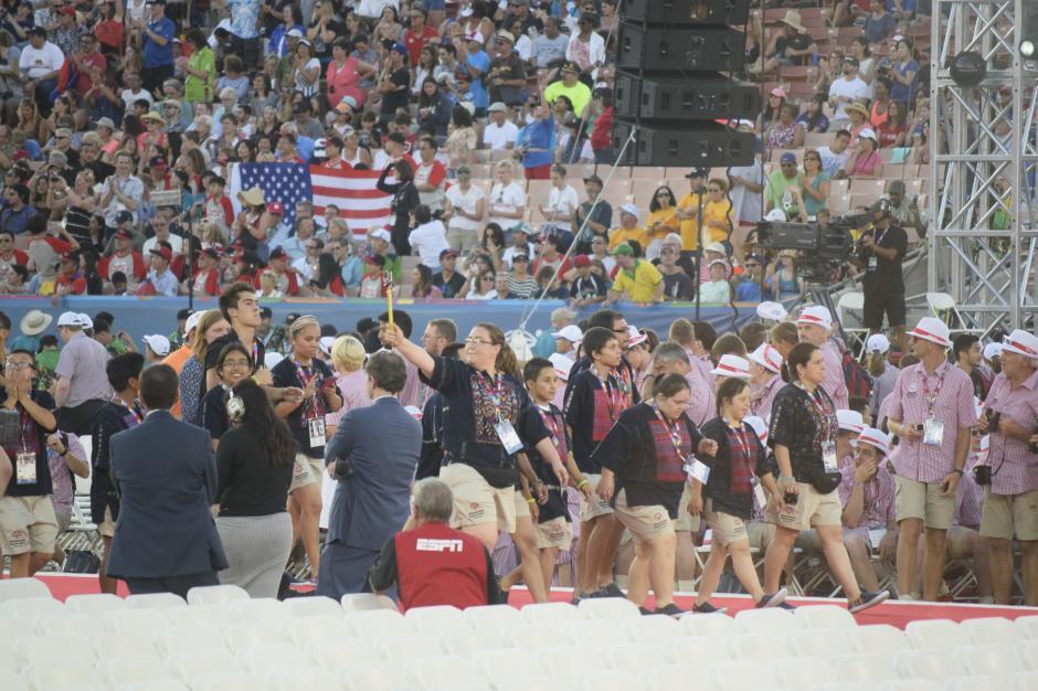 La delegación guatemalteca hace su ingreso al Coliseo Deportivo ante la mirada de la concurrencia.(Foto Giovanni Bautista/Soy502)