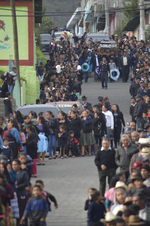 Los deudos se aglomeraron para despedir a Nery Godínez. (Foto: Hugo Barrios/Nuestro Diario)