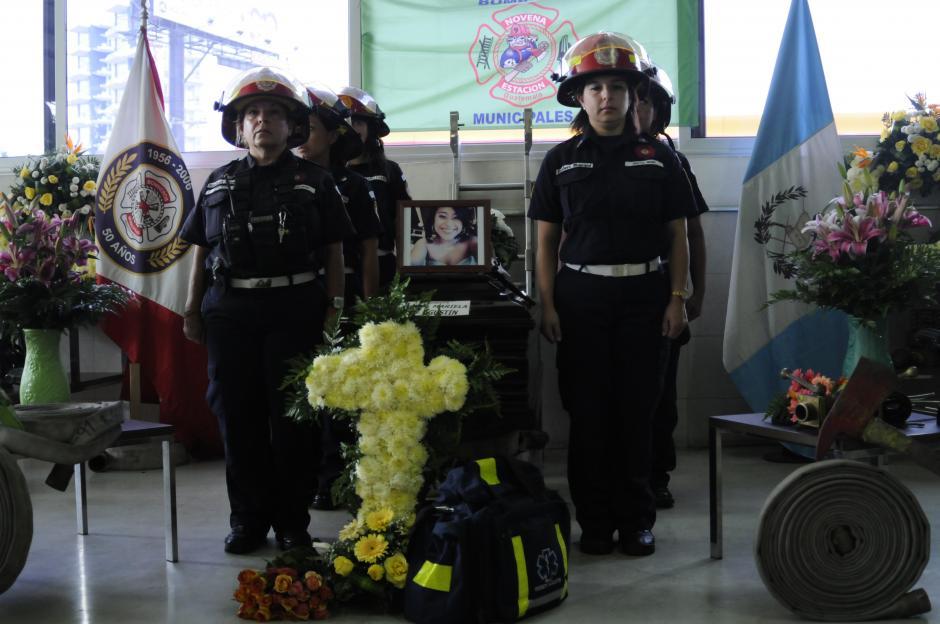 En la estación 9 de Bomberos Municipales, permaneció por una hora el cuerpo de Wendy Mariela Pu Agustín.(Foto: Pedro Pablo Mijangos/Soy502)