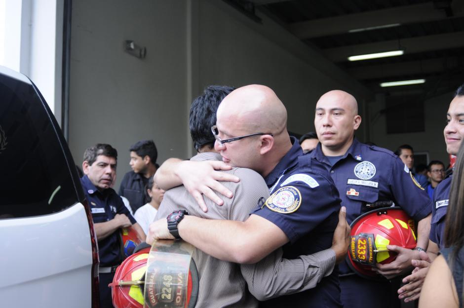 """Los compañeros de Wendy Pu abrazaron al hermano menor de la bombera fallecida. """"Estamos con vos, esta es tu casa"""", le repetían algunos bomberos entre lágrimas.(Foto: Pedro Pablo Mijangos/Soy502)"""