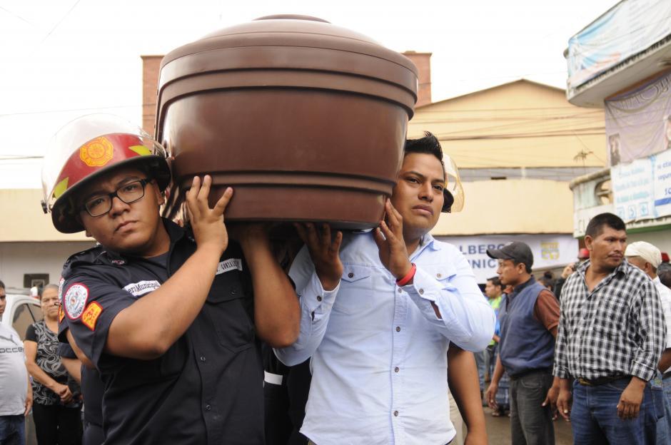 Bomberos municipales y familiares llevaron en hombros a las primas Wendy y Rebeca Pu, quienes perdieron la vida el jueves pasado en la colonia Cambray II. (Foto: Pedro Pablo Mijangos/Soy502)