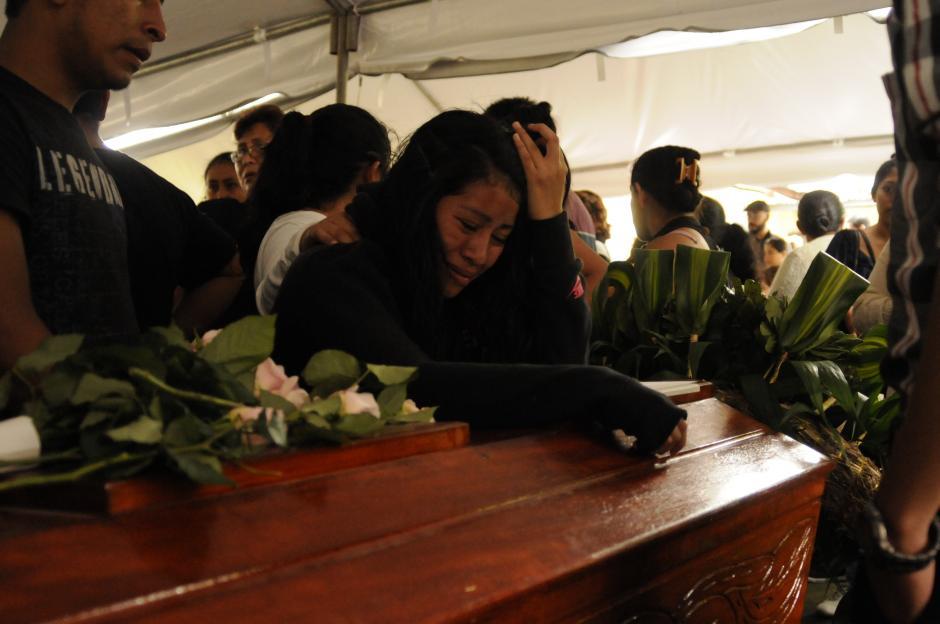 Sobrevivientes de la familia de Rebeca Pu Gómez estaban desconsoladas. Vecinos, amigos y resto de familiares se acercaron para darles su apoyo.(Foto: Pedro Pablo Mijangos/Soy502)