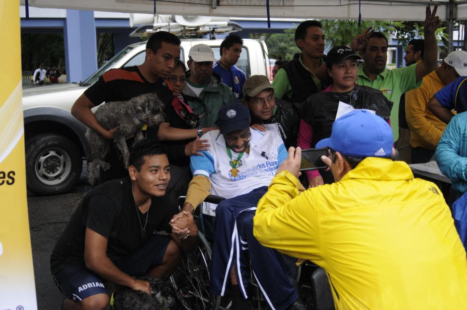"""""""Una foto con Teddy"""". Varios participantes en la carrera se llevaron un recuerdo con uno de los atletas más destacados en la historia del deporte guatemalteco.(Foto: Pedro Pablo Mijangos/Soy502)"""