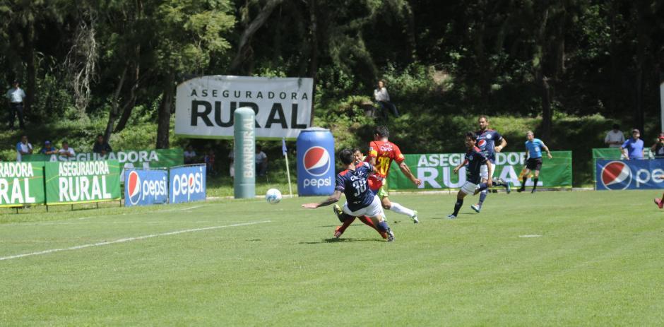 El primer gol de Ruiz en su visita al Revolución. (Foto: Pedro Mijangos)