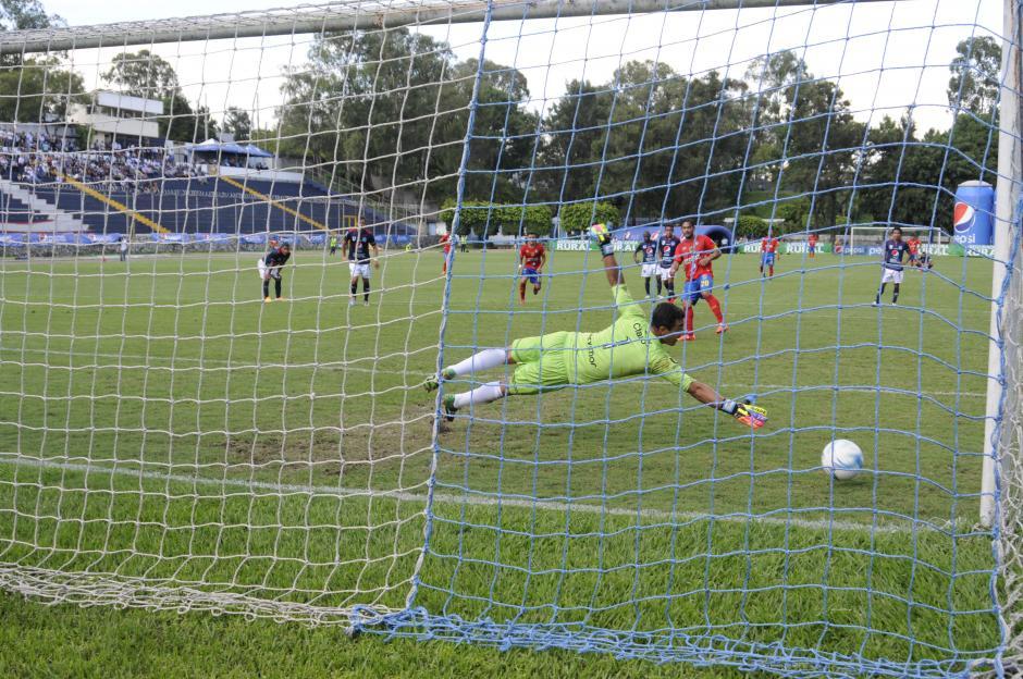 Carlos Ruiz anotó un doblete, uno de los tantos fue de penal. (Foto: Pedro Mijangos)