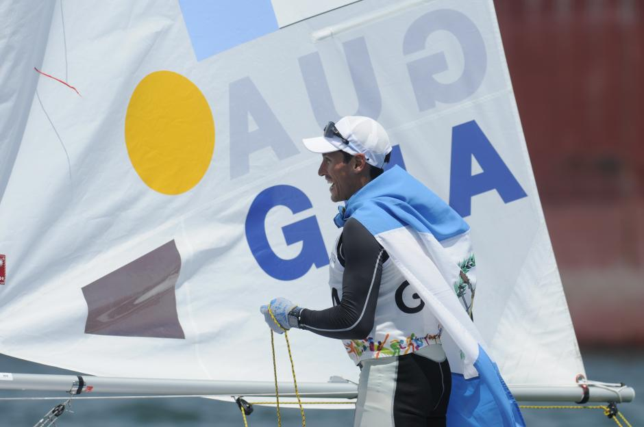 Juan Ignacio Maegli festeja con la bandera azul y blanco. (Foto: Pedro Pablo Mijangos/ Soy502)