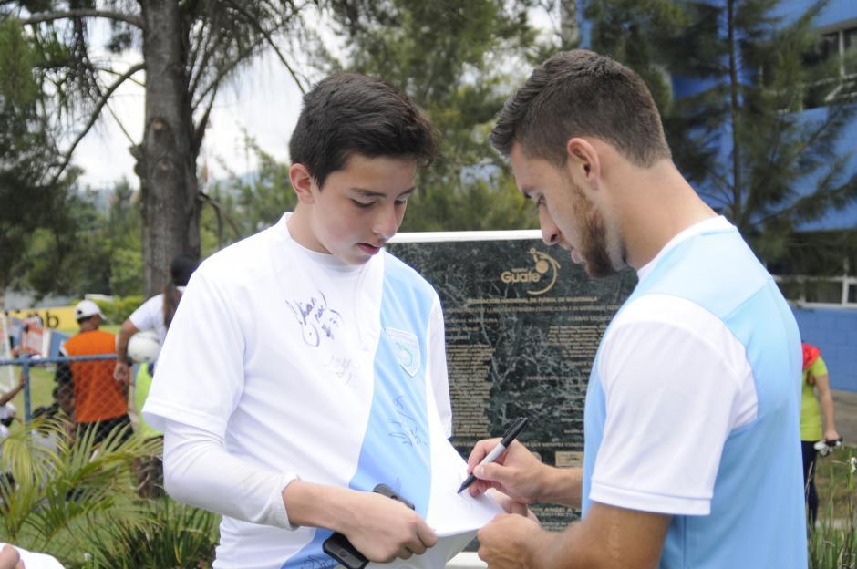 El delantero de Municipal, Henry López, firma un autógrafo tras la práctica en el Proyecto Gol de la zona 15.(Foto: Pedro Pablo Mijangos/Soy502)