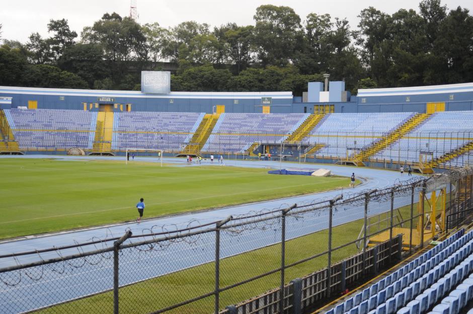 En la Preferencia del estadio Mateo Flores se redujo la altura de la malla de seis a tres metros, con el fin de que los espectadores vean mejor los partidos. (Foto: Pedro Pablo Mijangos/Soy502)