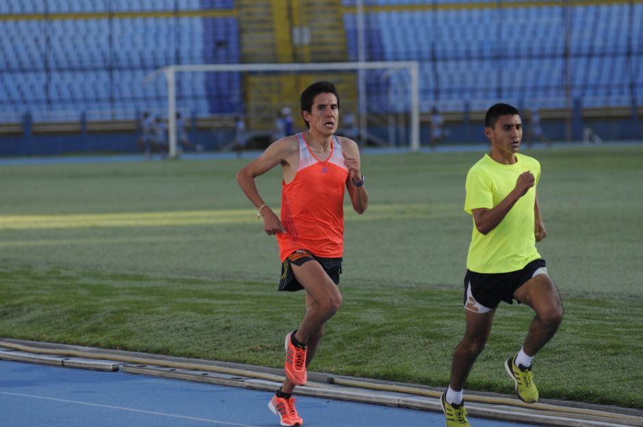 Los fonidstas Luis Carlos Rivero y Alfredo Arévalo hacen una de las disciplinas más extenuantes, 42 kilómetros de maratón.(Foto: Pedro Pablo Mijangos/Soy502)