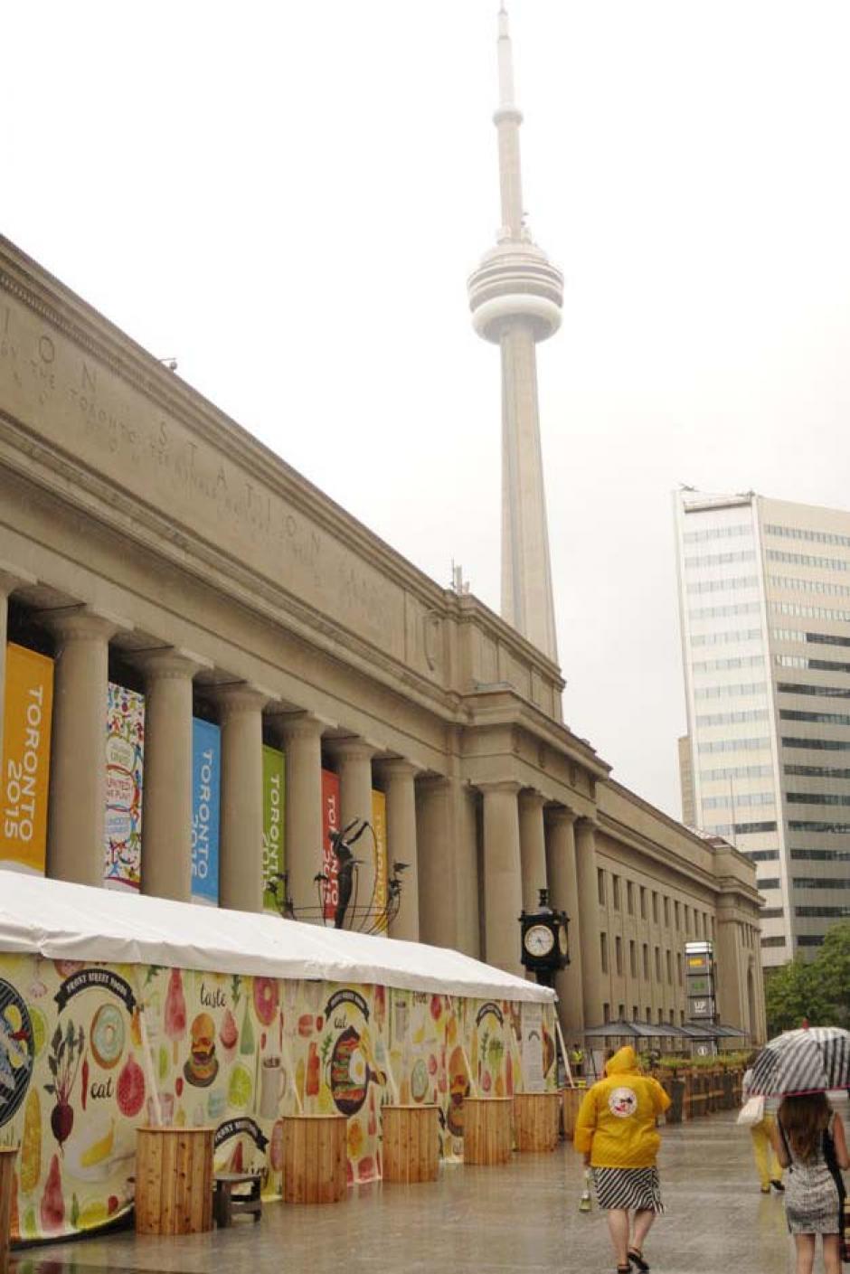 La emblemática Torre Nacional de Canadá, el martes fue lluvioso en Toronto.(Foto: Pedro Pablo Mijangos/Soy502)