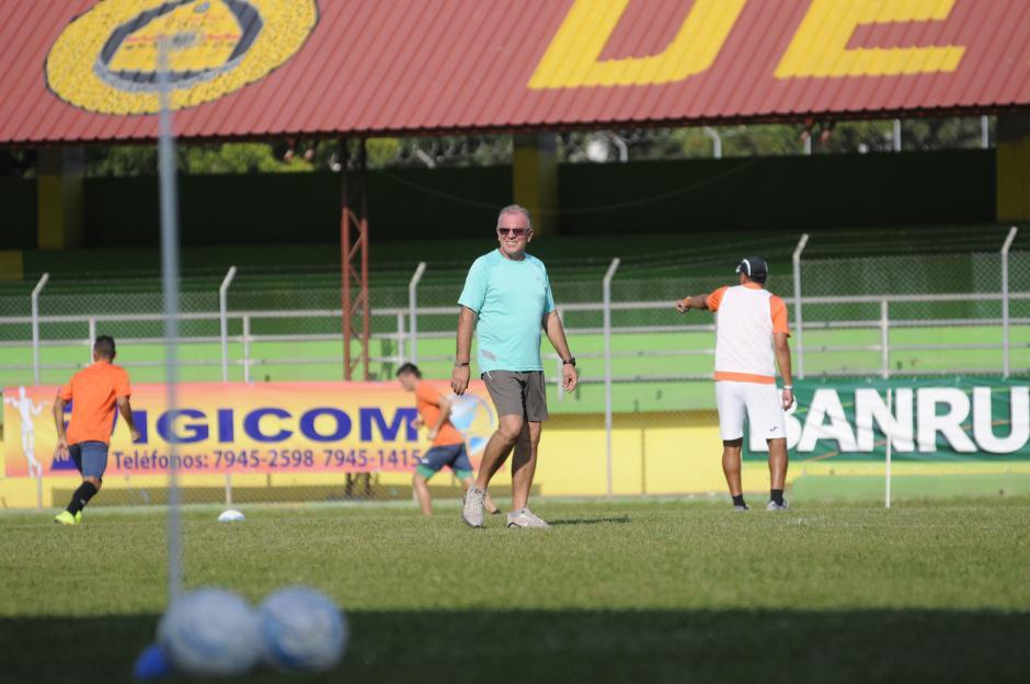 El uruguayo, Ariel Sena, vive con mucha intensidad los entrenos en el estadio David Cordón Hichos. (Foto: Soy502)