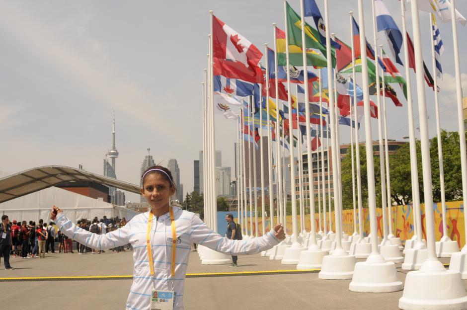 De fondo, las 41 banderas de los países que dirán presente en Toronto 2015. Y atrás, a un costado de los enormes edificios, la Torre Nacional de Canadá.(Foto: Pedro Pablo Mijangos/Soy502)