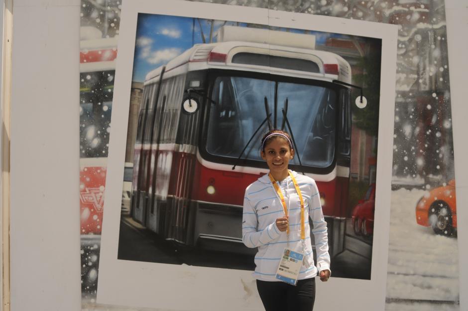 Mirna fue electa para llevar la bandera de Guatemala en los Panamericanos. En la foto, posó en la villa deportiva frente a una tienda de cámaras fotográficas. (Pedro Pablo Mijangos/Soy502)