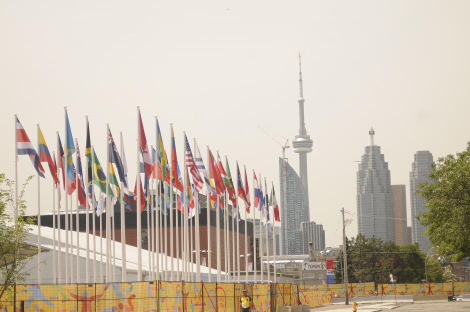 Las banderas de los 41 países que participarán en los Juegos Panamericanos ondean en el cielo de Toronto, de fondo, la emblemática Torre Nacional de Canadá.(Pedro Pablo Mijangos/Soy502)