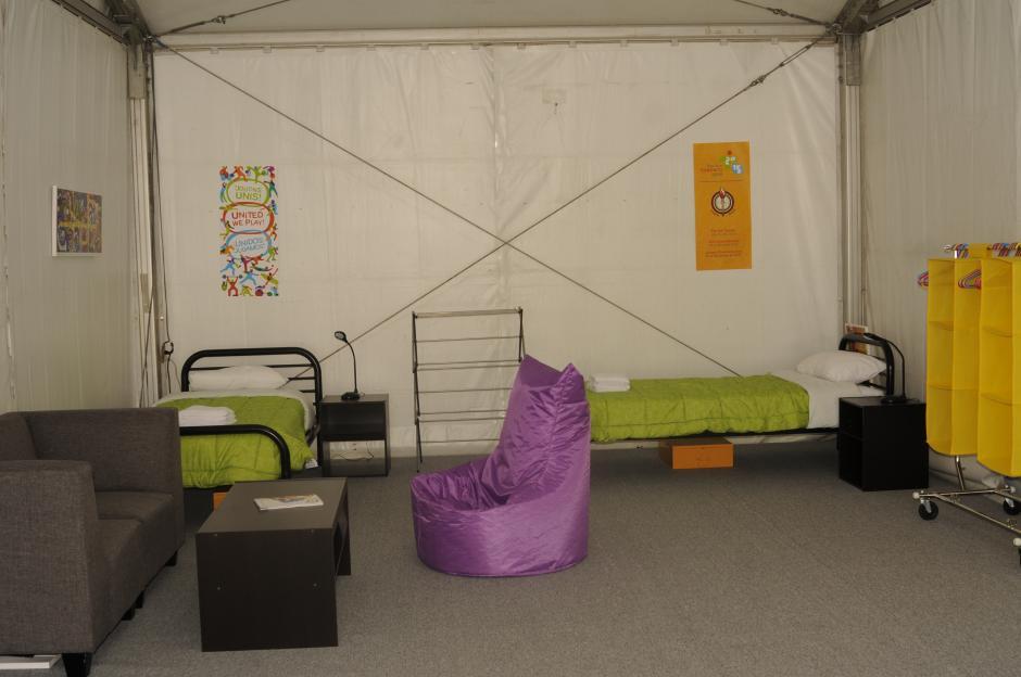 """""""La habitación modelo"""" de la villa de los Juegos Panamericanos. Dos camas, un sillón, mesas de noche y espacio para guardar la ropa.(Pedro Pablo Mijangos/Soy502)"""