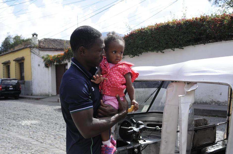 El volante colombiano, Roberto Carlo Peña, compartió con su pequeña hija antes de entrar en la concentración en un hotel de la Antigua. (Foto: Pedro Pablo Mijangos/Soy502)
