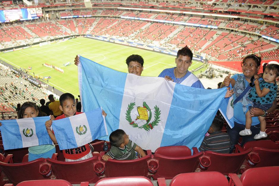 Una familia guatemalteca completa dentro del estadio para ver el juego Guatemala-México. (Foto: Aldo Martínez/Nuestro Diario)