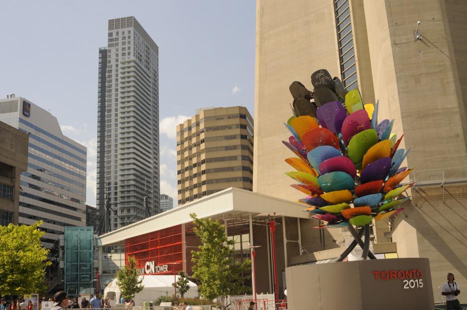 La plaza que divide el estadio Rogers Centre y la Torre de Toronto, en medio, hay venta de comida y actividades culturales. (Foto: Pedro Pablo Mijangos/Soy502)
