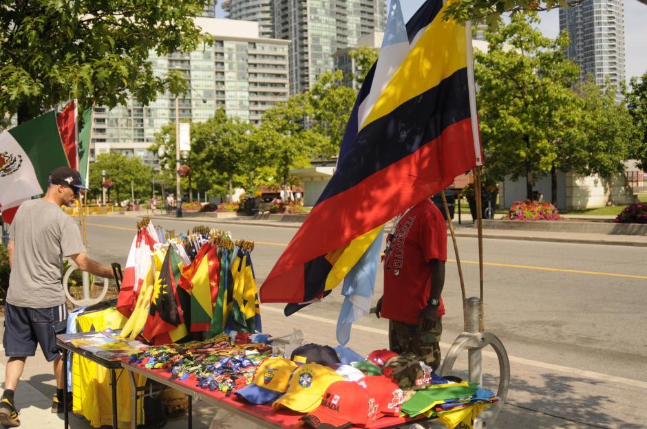 Los colores del continente, se venden playeras, gorras y banderas de algunos países de la región.(Foto: Pedro Pablo Mijangos/Soy502)