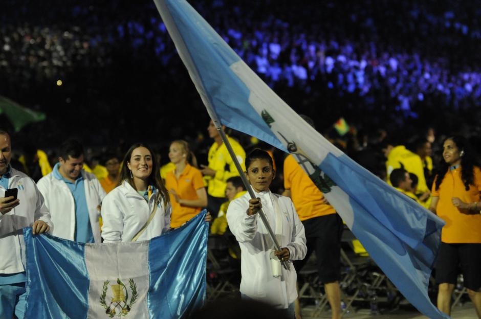 La abanderada de la delegación, Mirna Ortíz, porta la bandera en el desfile inaugural de los Juegos Panamericanos. (Foto: Pedro Pablo Mijangos/ Soy502)