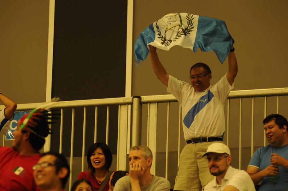 Seguidores guatemaltecos en Canadá apoyaron al equipo de bádminton que debutó este sábado en Toronto.(Foto: Pedro Pablo Mijangos/Soy502)