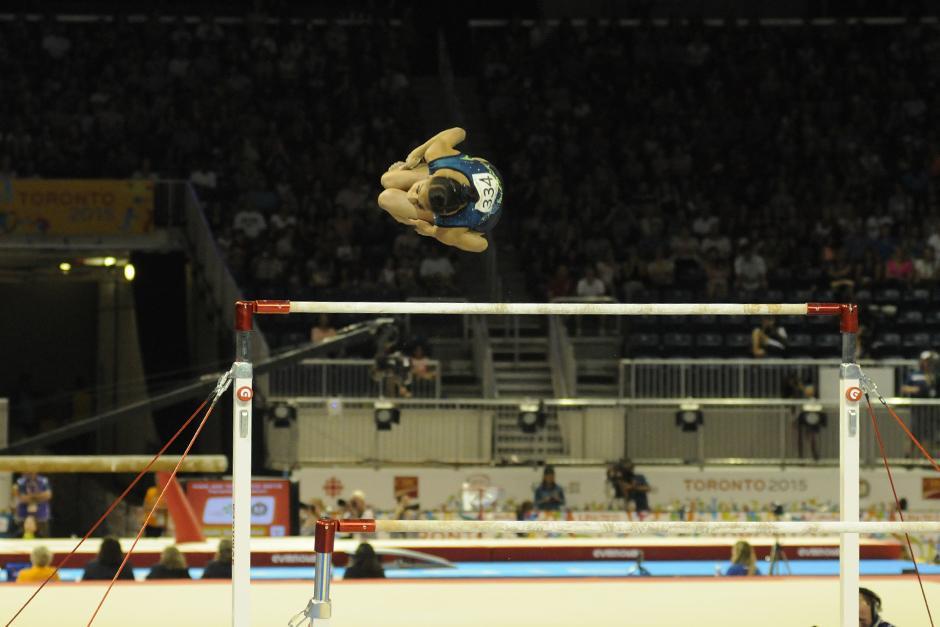 Ana Sofía durante su participación en barras asimétricas de gimnasia artística. (Foto: Pedro Mijangos/Soy502)