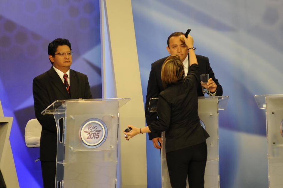 """Roberto González """"Canela"""" preparándose para iniciar el Foro de Presidenciables 2015. (Foto: Pedro Mijangos/Soy502)"""