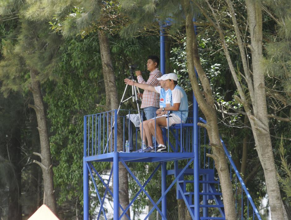 El preparador físico Rubén González y el asistente de Sopegno, Mario Acevedo vieron la práctica de fútbol desde arriba, para observar algunos movimientos.(Foto: Pedro Pablo Mijangos/Soy502)