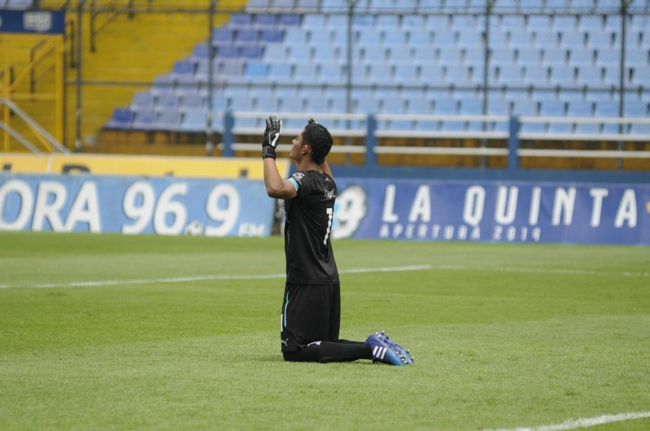 Fredy Pérez, de 20 años, jugó su primer clasico en Guatemala. Antes del pitazo inicial, pidió al cielo.(Foto: Pedro Pablo Mijangos/Soy502)