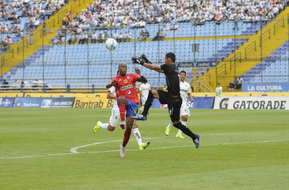 Fredy Pérez pelea un balón con Jhonny Woodly, en el primer tiempo.(Foto: Pedro Pablo Mijangos/Soy502)