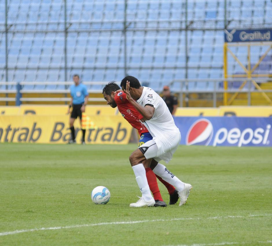 Wilson Lalín intenta frenar a Carlos Ruiz.(Foto: Pedro Pablo Mijangos/Soy502)