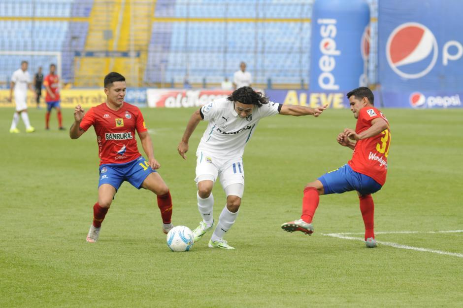 El mexicano Agustín Herrera intenta quitarse la marca en el clásico 289. (Foto: Pedro Pablo Mijangos/Soy502)