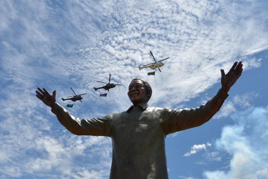 El presidente de Sudáfrica, Jacob Zuma, inauguró en Pretoria una estatua de Nelson Mandela, de nueve metros de altura, un día después de que el exmandatario fuera enterrado en su pueblo de Qunu.La figura, esculpida en bronce, se erige en los jardines de los Union Buildings, la sede del Gobierno sudafricano en la capital. (Foto: AFP)
