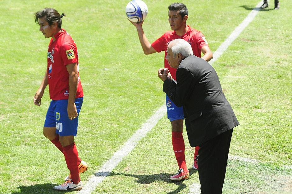 """Aníbal """"el Maño"""" Ruiz aprovecha para dar indicaciones a los jugadores durante el primer tiempo. (Foto: Imer Lucero/Nuestro Diario)"""