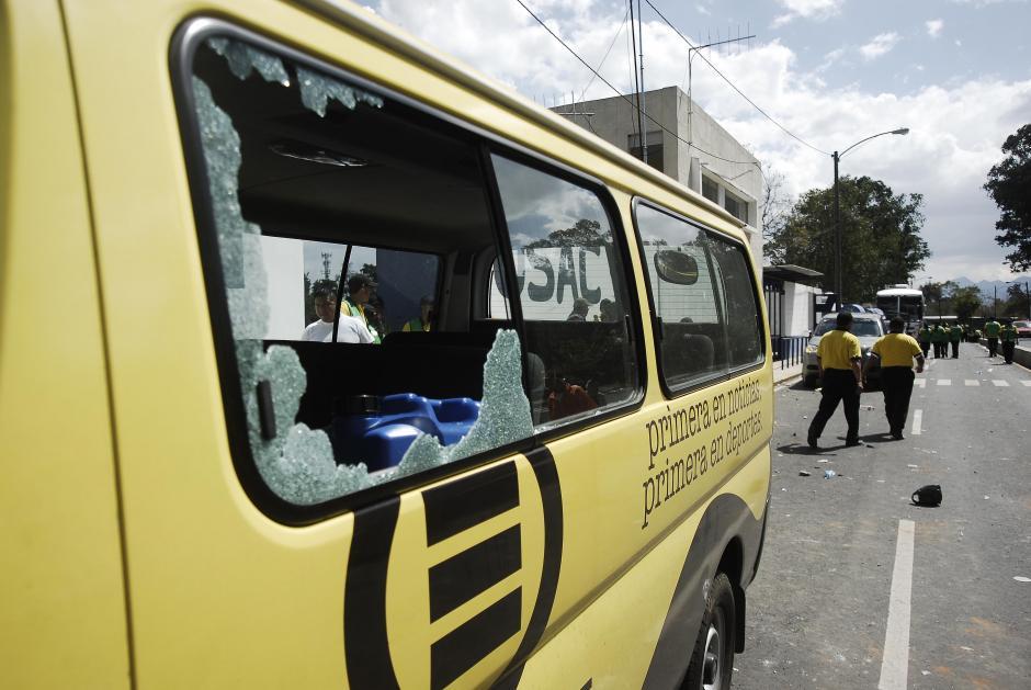 Vehículos de medios de comunicación fueron objeto del vandalismo que supuestos aficionados del equipo de Comunicaciones protagonizaron en el Estadio Revolución. (Foto: Jesús Alfonso/Soy502)