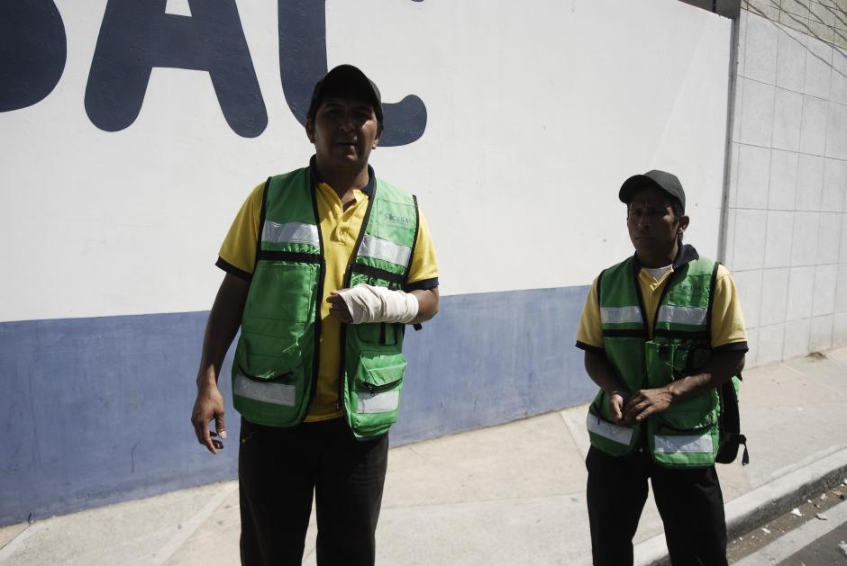 Algunos miembros de la seguridad contratada por la Universidad de San Carlos resultaron heridos durante los disturbios en el Estadio Revolución luego del partido entre USAC y Comunicaciones. (Foto: Jesús Alfonso/Soy502)