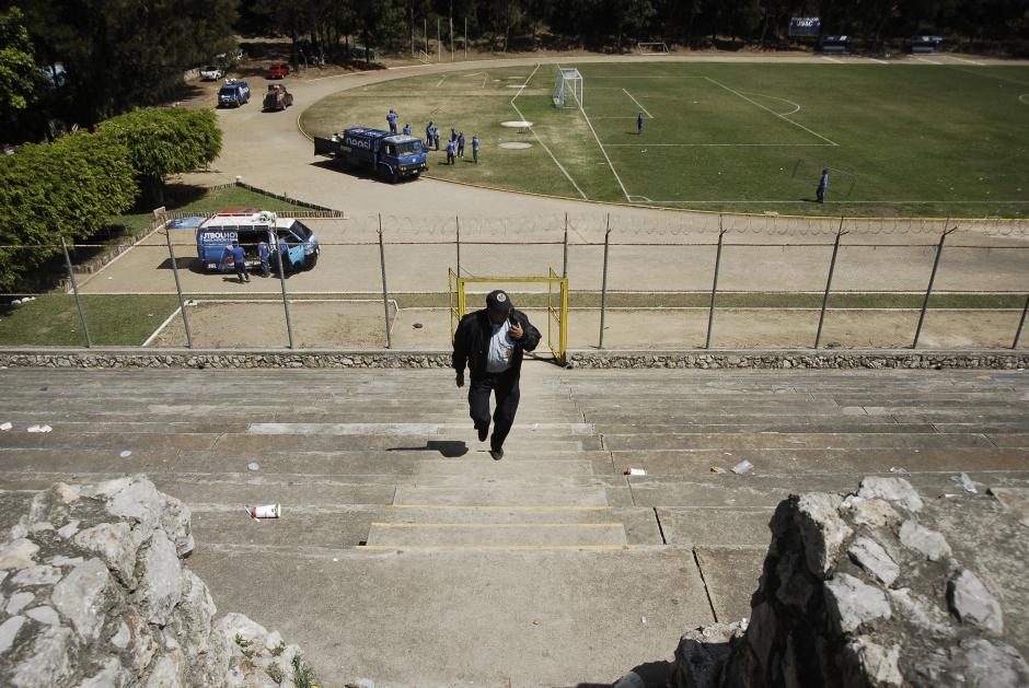 El graderío del Estadio Revolución se convirtió en un campo de batalla en donde supuestos aficionados de Comunicaciones incluso hicieron disparos de arma de fuego al aire. (Foto: Jesús Alfonso/Soy502)
