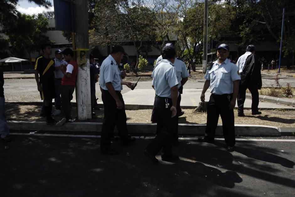 Personal de seguridad de la Universidad de San Carlos fue insuficiente para contener los disturbios luego del partido entre Universidad y Comunicaciones. (Foto: Jesús Alfonso/Soy502)